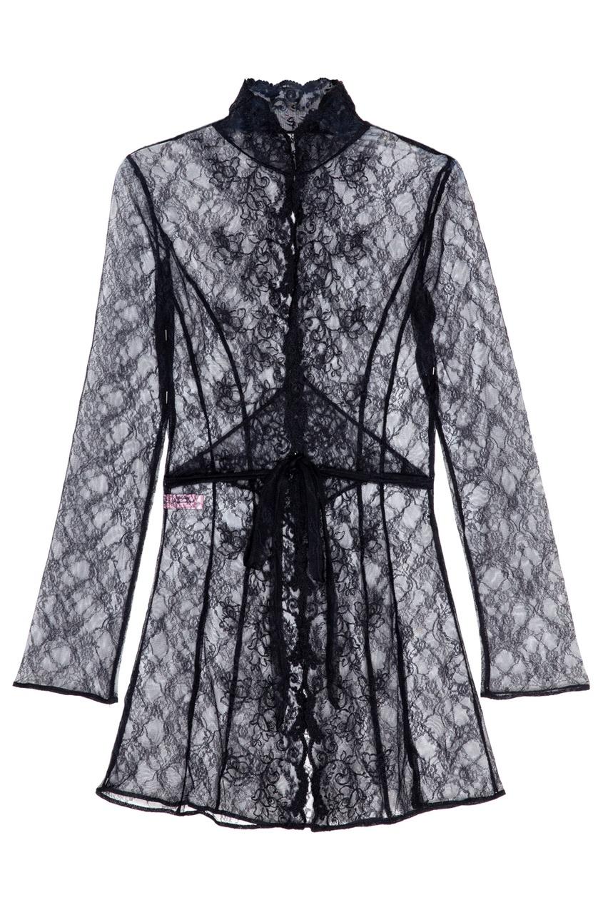 Халат LarettaЧерное белье<br>Экстравагантный и сексуальный халат в стиле 70-х с воротником-стойкой создан на основе бестселлера Denver из высококачественного итальянского кружева. Спереди халат украшает готичная флоральная вышивка. Модель имеет тонкий кружевной пояс и застежку на воротнике.<br><br>Возраст: Взрослый<br>Размер: S (2 AP);L (4 AP);M (3 AP)<br>Цвет: Черный