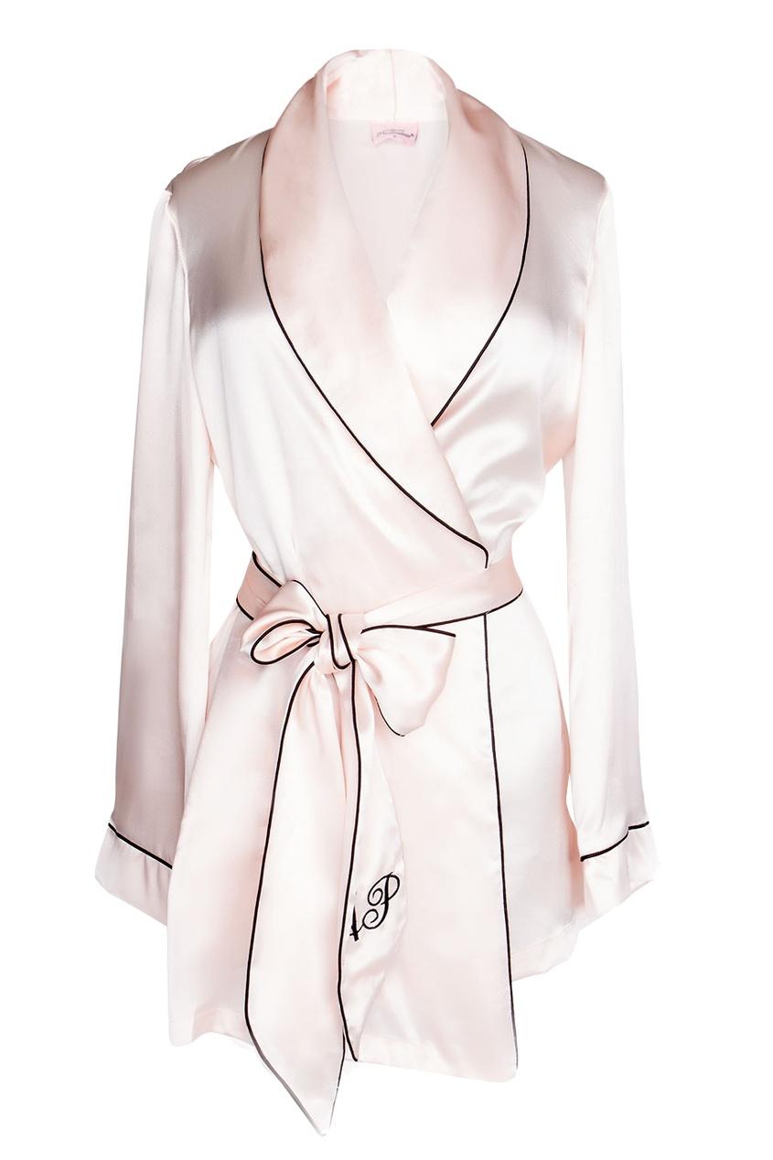 Топ Classic PyjamaВсе для отпуска<br>Стилизованный под классический пижамный пиджак, Classic Pyjama предлагает примерить женственный и сексуальный силуэт. Выполненный из чистого шелка верх дополняет гравировка AP и пояс-галстук. Шикарная вневременная деталь гардероба, которая интересно дополнит вашу будуар-коллекцию<br><br>Возраст: Взрослый<br>Размер unitSize=: XL (5 AP)<br>Цвет: розовый<br>Пол: Женское