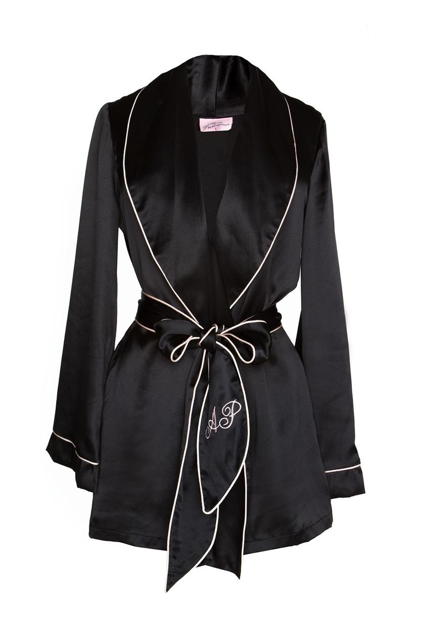 Топ Classic PyjamaЧерное белье<br>Стилизованный под классический пижамный пиджак, Classic Pyjama предлагает примерить женственный и сексуальный силуэт. Выполненный из чистого шелка верх дополняет гравировка AP и пояс-галстук. Шикарная вневременная деталь гардероба, которая интересно дополнит вашу будуар-коллекцию<br><br>Возраст: Взрослый<br>Размер unitSize=: M (3 AP)<br>Цвет: черный<br>Пол: Женское