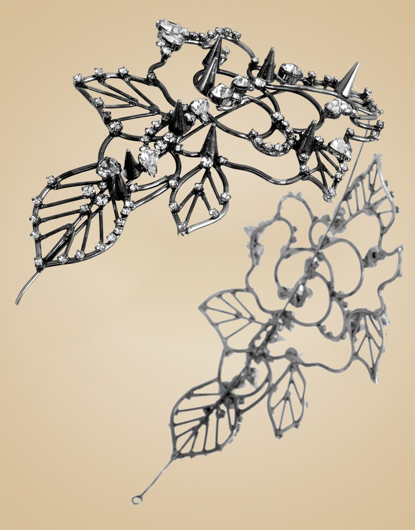 Украшение на голову TitaniaУкрашения<br>Titania - легкий и утонченный аксессуар для волос, красиво обрамляющий лицо. Изгибы металлических цветов и листьев усеяны кристаллами и шипами Swarovski. Этот аксессуар в античном стиле превратит вас в богиню. Регулируемый обруч и маленькие гребни позволят надежно закрепить его в волосах.<br><br>Возраст: Взрослый<br>Размер: U<br>Цвет: Черный<br>Состав: кристалл 100% латунь проволока<br>Страна-производитель: Китай
