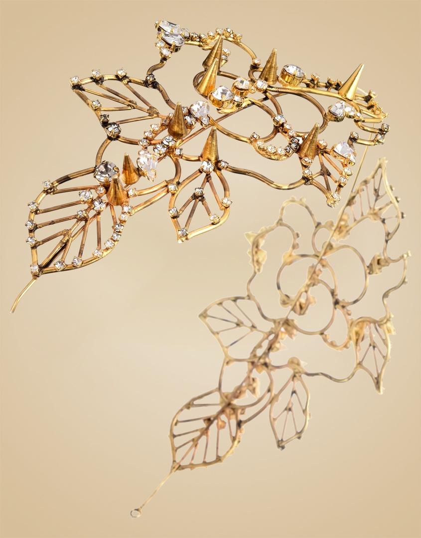 Украшение на голову TitaniaУкрашения<br>Titania - легкий и утонченный аксессуар для волос, красиво обрамляющий лицо. Изгибы металлических цветов и листьев усеяны кристаллами и шипами Swarovski. Этот аксессуар в античном стиле превратит вас в богиню. Регулируемый обруч и маленькие гребни позволят надежно закрепить его в волосах.<br><br>Возраст: Взрослый<br>Размер: U<br>Цвет: Золотой<br>Состав: кристалл 100% латунь проволока<br>Страна-производитель: Китай