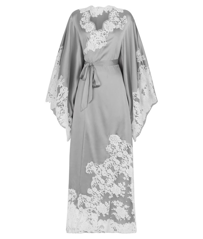 Длинное кимоно NayeliХалаты и кимоно<br>Величественная Nayeli - это великолепное сочетание бескомпромиссной роскоши и абсолютного изящества.  Кимоно нежно-серебристого цвета  выполнено в особой традиционной технике: аппликации молочного французского кружева ливерс украшают шелковую базу, создавая привлекательное сочетание текстуры и цвета. Длинное кимоно с запахом и широкими свободными рукавами дополнено поясом на талии. Сочетайте с другими моделями деми-кутюрной коллекции Nayeli.<br><br>Возраст: Взрослый<br>Размер: S/M<br>Цвет: Серебряный<br>Состав: 94% шёлк 6% эластан кружево: 73% хлопок 27% полиамид<br>Страна-производитель: Китай