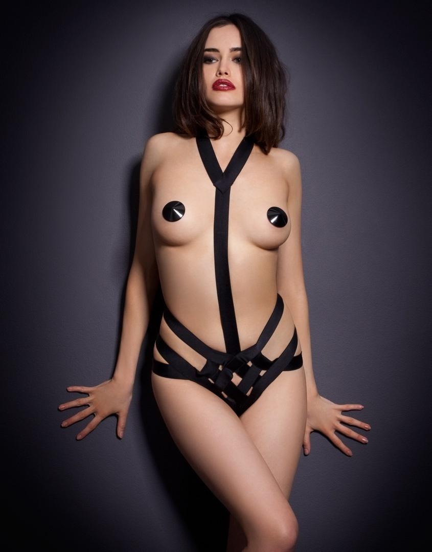 Боди WhitneyБоди<br>Ленты&amp;nbsp;боди Whitney подчеркивают контуры тела, акцентируя внимание на шее&amp;nbsp;и груди.<br><br>Завершают провокационный образ высокие&amp;nbsp;трусики, состоящие&amp;nbsp;из переплетения лент.<br><br>Дополните комлпект накладками Sequin.<br><br>Возраст: Взрослый<br>Размер: L (4 AP)<br>Цвет: Черный