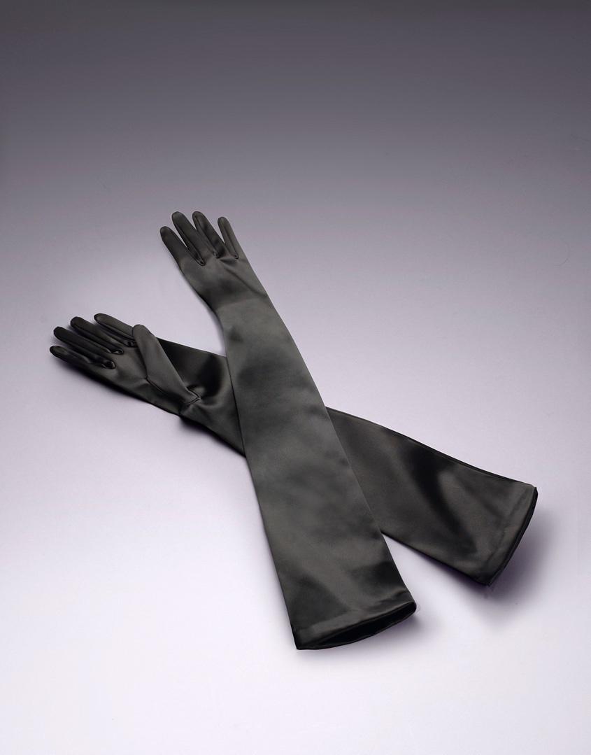 Перчатки Long SatinПерчатки<br>Классические длинные перчатки, созданные из невероятно мягкого черного атласа, добавят нотку винтажного шика Вашему образу.<br><br>Возраст: Взрослый<br>Размер: S (2 AP);M (3 AP);L (4 AP)<br>Цвет: Черный