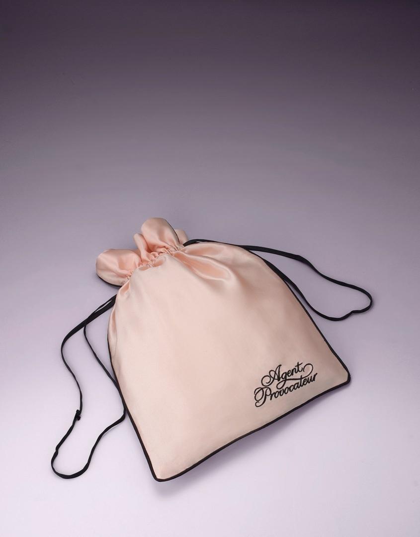 Мешочек для белья маленькийАксессуары<br>Роскошный шелковый мешочек для белья создан для того, чтобы хранить Ваши любимые кружевные мелочи от Agent Provocateur. Черная окантовка и шнурочки в сочетании с оригинальным логотипом делают эту вещь просто незаменимой в Вашей коллекции AP.<br> <br>Размеры 25 х 34<br><br>Возраст: Взрослый<br>Размер: U<br>Цвет: Розовый