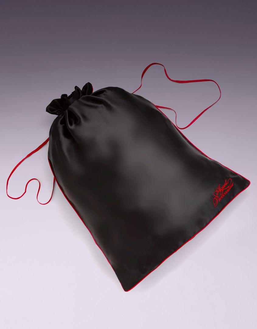 Мешочек для белья большойАксессуары<br>Роскошный шелковый мешочек для белья создан для того, чтобы хранить Ваши любимые кружевные мелочи от Agent Provocateur. Красная окантовка и шнурочки в сочетании с оригинальным логотипом делают эту вещь просто незаменимой в Вашей коллекции AP.<br><br>Возраст: Взрослый<br>Размер: U<br>Цвет: Черный