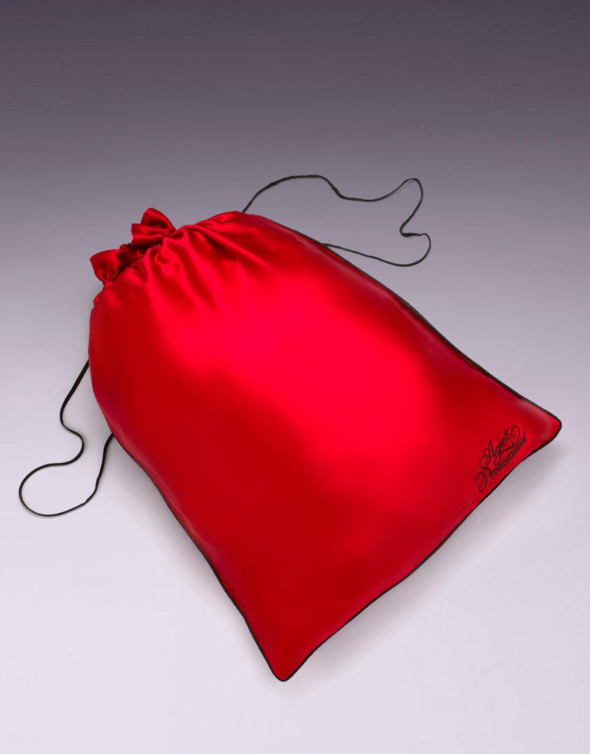 Мешочек для белья большойАксессуары<br>Роскошный шелковый мешочек для белья создан для того, чтобы хранить Ваши любимые кружевные мелочи от Agent Provocateur. Черная окантовка и шнурочки в сочетании с оригинальным логотипом делают эту вещь просто незаменимой в Вашей коллекции AP.<br> <br>Размеры 40 x 57<br><br>Возраст: Взрослый<br>Размер: U<br>Цвет: Красный