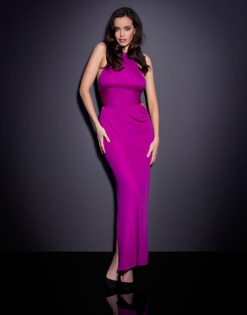 Платье TereseПлатья<br>Вдохновленное ретро стилем 70-х годов, платье в пол Terese выполнено из шелкового джерси. Платье с высокой горловиной скользит вниз по телу, акцентируя внимание на изгибах тела. Широкий пояс завязывается на спине и подчеркивает талию, боковые разрезы от колена завершают дерзкий соблазнительный образ.<br><br>Возраст: Взрослый<br>Размер: S (2 AP);M (3 AP)<br>Цвет: Розовый
