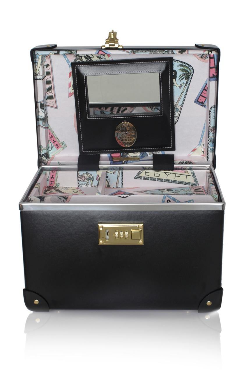 Мини-чемодан VanityЧемоданы<br>Шикарный мини-чемодан ручной работы из комбинации матовой и лакированной кожи с медными застежками, а также медными ножками, дабы сохранить его в первозданном виде как можно дольше. Открывая чемодан, Вы обнаружите большое зеркало и съемный контейнер. Зеркало снабжено потайным кожаным карманом, идеальным для сокрытия Ваших маленьких секретов. Интриги в духе&amp;nbsp;Agent&amp;nbsp;Provocateur&amp;nbsp;добавляет шелковая подкладка с фривольными иллюстрациями на курортную тематику в стиле Pin up. Чемодан создан при участии компании&amp;nbsp;Globe&amp;nbsp;Trotter&amp;nbsp;&amp;ndash; специалиста по багажу класса люкс с 1897 года. Размеры чемодана: 31 см (длина) х 21 см (ширина) х 20 см (высота). Размеры зеркала: 13 см (длина) х 8 см (высота)<br><br>Возраст: Взрослый<br>Размер unitSize=: UN<br>Цвет: черный<br>Пол: Женское