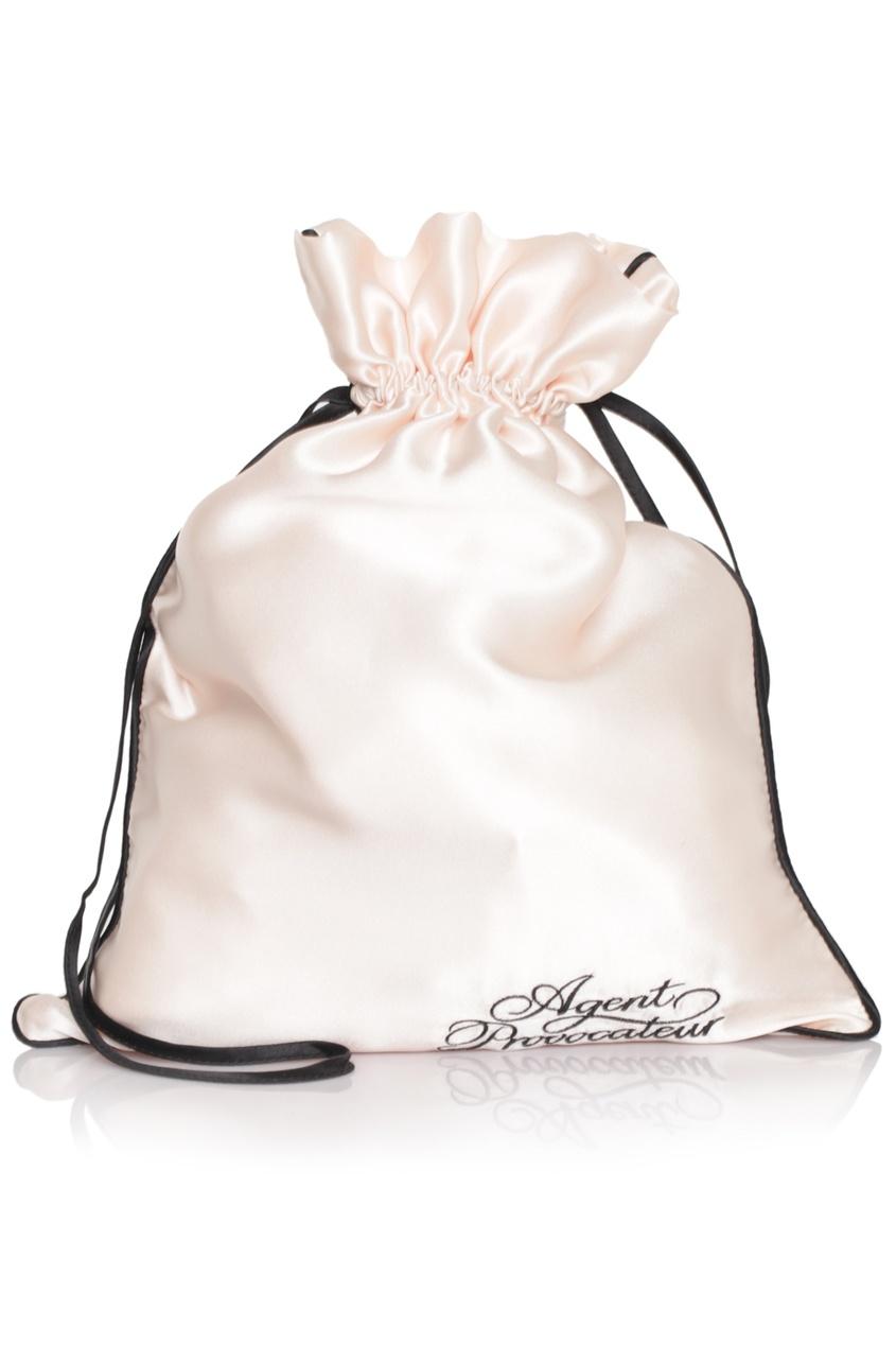 Мешочек для белья маленькийАксессуары<br>Роскошный шелковый мешочек для белья создан для того, чтобы хранить Ваши любимые кружевные мелочи от Agent Provocateur. Черная окантовка и шнурочки в сочетании с оригинальным логотипом делают эту вещь просто незаменимой в Вашей коллекции AP.<br> <br>Размеры 25 х 34<br><br>Возраст: Взрослый<br>Размер unitSize=: UN<br>Цвет: розовый<br>Пол: Женское