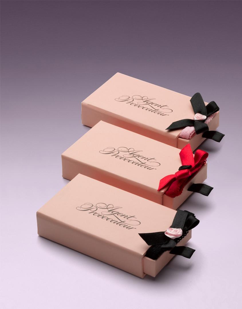 Набор TrixieТрусики стринги<br>Крохотные стринги Trixie выполнены из чистого шелка с атласными и шифоновыми вставками и дополнены маленькими колечками.<br><br>Возраст: Взрослый<br>Размер: U<br>Цвет: Черный