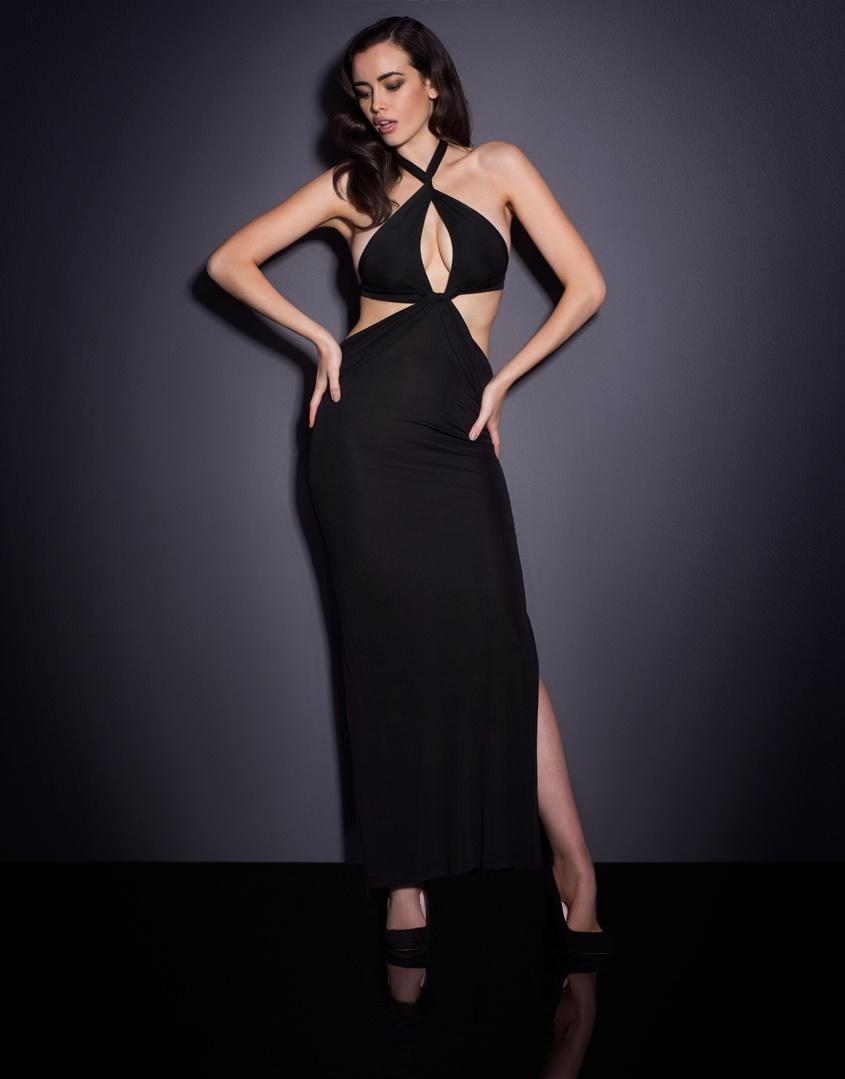 Платье MartinaПляжные накидки<br>Добавьте фирменной элегантности Одри Хепберн к своему пляжному образу.<br><br>&amp;nbsp;<br><br>Платье с застежками на шее оставляет спину открытой, пикантный вырез спереди подчеркивает&amp;nbsp;область декольте. Тончайшая ткань джерси собирается под бюстом, плотно облегает талию и свободно ниспадает до щиколоток. Вырезы по бокам соблазнительно обнажают ноги. Martina позволяет не только продемонстрировать загорелые плечи и ключицы, но и прогуляться от пляжа до ближайшего бара, не утратив изящества.<br><br>Возраст: Взрослый<br>Размер: M (3 AP)<br>Цвет: Черный<br>Пол: Женский
