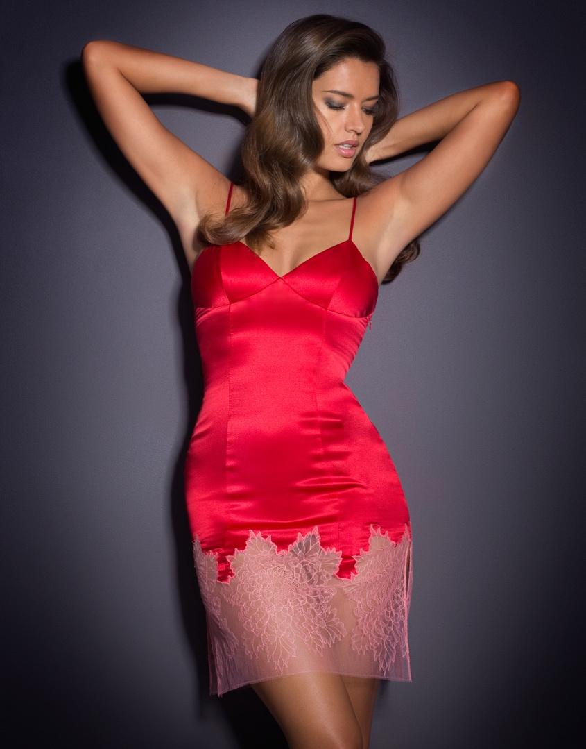 Сорочка ShirleyЯркое белье<br>Воплощение изящества,&amp;nbsp;Shirley,&amp;nbsp;производит сильное впечатление благодаря сочетанию роскошного шелка бескомпромиссного ярко-красного цвета и аппликации из нежного розового французского кружева Шантильи на подоле, которая создает очаровательный контраст. Мягкий силуэт, чашки с вытачками и бретели регулируемой длины добавляют утонченности. На сорочке сбоку имеется скрытая молния.<br><br>Возраст: Взрослый<br>Размер: S (2 AP)<br>Цвет: Красный