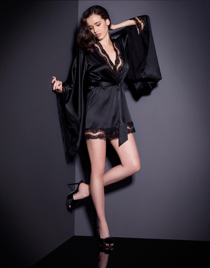 Кимоно LunaХалаты и кимоно<br>Шелковое кимоно Luna идеально подходит для роскошного вальяжного отдыха. Этот изысканный сексуальный образ дополнен окантовкой из полупрозрачного французского кружева по краю.<br><br>Возраст: Взрослый<br>Размер: M/L<br>Цвет: Черный