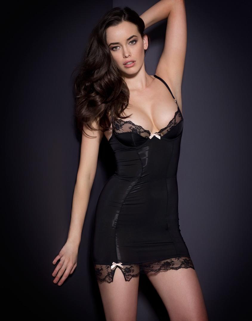 Сорочка JoselineСорочки<br>Вдохновленная 60-ми, коллекция Joseline выполнена из роскошной мягкой микрофибры  и украшена французским кружевом. Сорочка плотно облегает тело, благодаря чему силуэт выглядит точеным и привлекательным. Надевайте эту сорочку под Ваше любимое платье, чтобы выглядеть особенно сексуально.<br><br>Возраст: Взрослый<br>Размер: 36B<br>Цвет: Черный