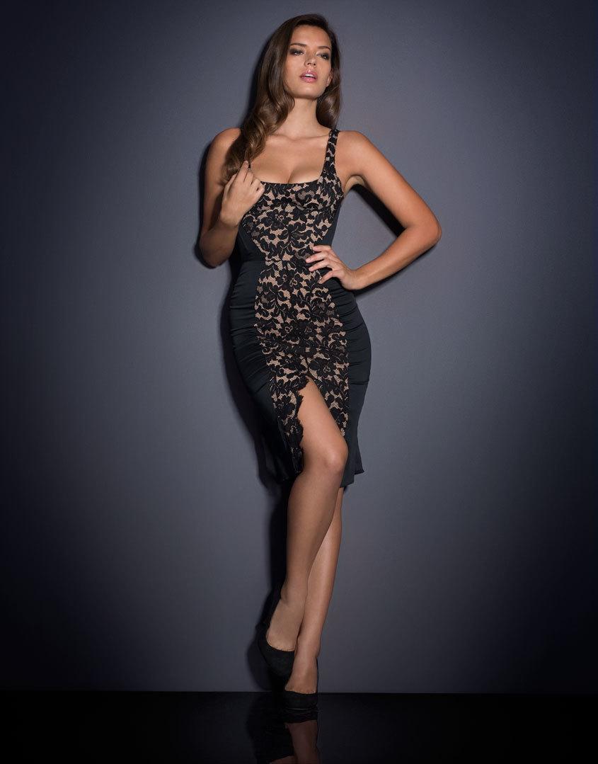 Платье WillowSale Платья<br>При взгляде на Willow останавливается сердце, все гадают, кто же эта прекрасная незнакомка, шепот и догадки сопровождают Ваше появление. Вдохновленное образом роскошных кинодив черно-белого кино, корсетное платье Willow создано из бледного шифона и плотного хлопка, подчеркивающего силуэт, и украшено графичной вышивкой из черного французского кружева Ливерс. Платье имеет небольшие вырезы сзади, мягкий встроенный бюстгальтер на косточках и потайную молнию, идущую вдоль спины. По центру подол юбки украшен крупным вырезом, отороченным черным французским кружевом.<br><br>Возраст: Взрослый<br>Размер: S (2 AP)<br>Цвет: Черный