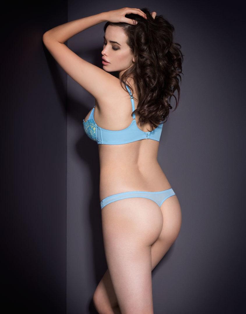 Трусики стринги SelenaТрусики стринги<br>Будьте звездой своей собственной постановки в сценическом комплекте Selena.<br><br>&amp;nbsp;<br><br>Элегантные трусики-стринг из желтого сатина и роскошного нежно-голубого французского кружева ливерс прекрасно подчеркивают загар. Спереди трусики декорированы сатиновым бантиком лимонного цвета.<br><br>&amp;nbsp;<br><br><br>Дополните комплект подходящими по цвету&amp;nbsp;чулками под пояс Seam &amp;amp; Heel Stretch<br><br>&amp;nbsp;<br><br>Возраст: Взрослый<br>Размер: L (4 AP)<br>Цвет: Голубой<br>Пол: Женский