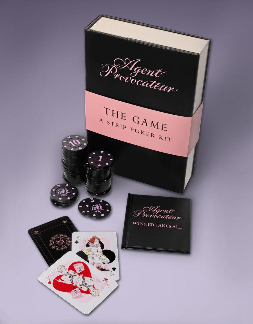 Набор для игры в покерАксессуары<br>Замаскированный под книгу, набор для покера включает в себя все необходимое для эротической игры: комплект фишек на 6 игроков, колоду карт с изображением красавиц в белье Agent Provocateur и инструкцию о том, как следует играть в покер на раздевание. Для большего удовольствия пролистните страницы буклета &amp;laquo;Победитель забирает все&amp;raquo;: Вам откроется пикантная история о полуночной игре в покер, когда ставки высоки, а накал страстей еще выше&amp;hellip;<br><br>Возраст: Взрослый<br>Размер: U<br>Цвет: Без цвета<br>Пол: Женский