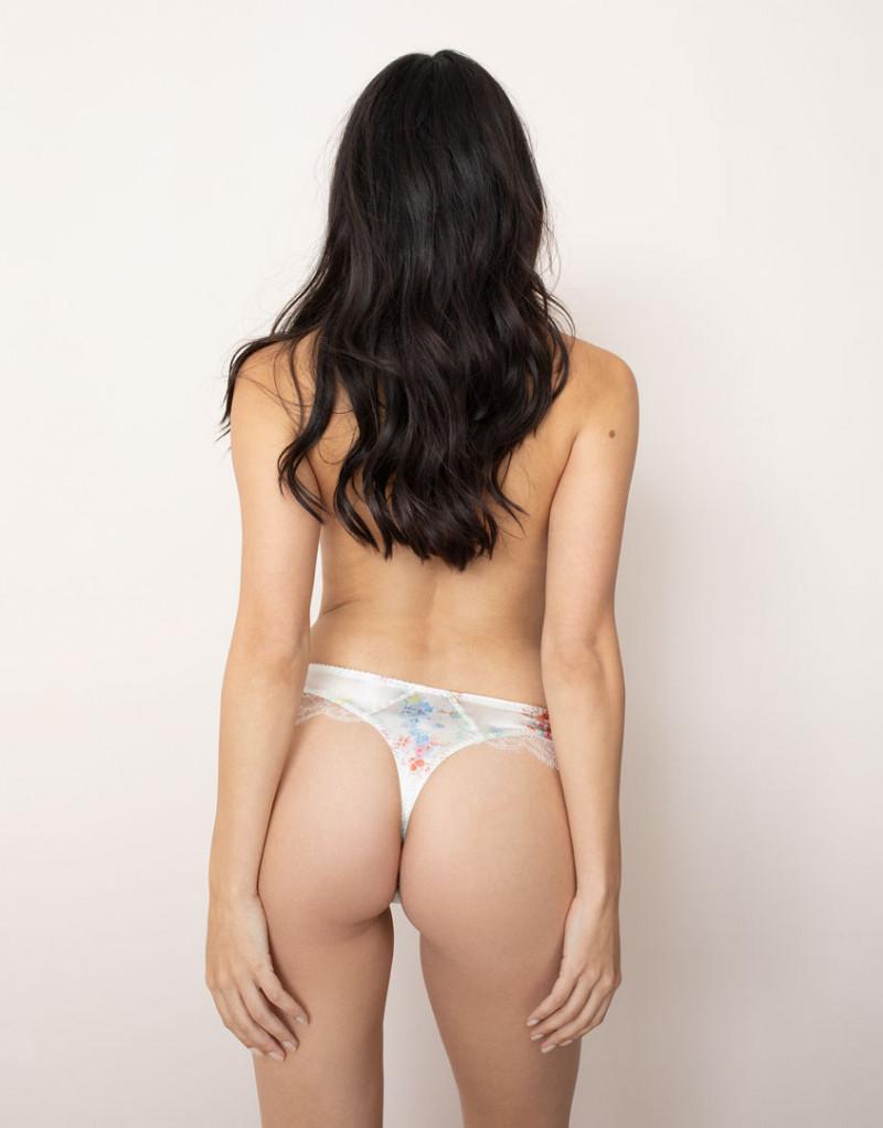 В белых стрингах трусах кружевное нижнее белье кемерово